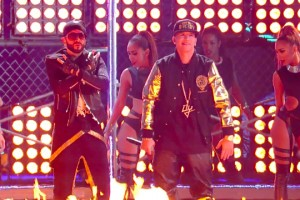 Yandel ft. Daddy Yankee - Moviendo Caderas [Live]